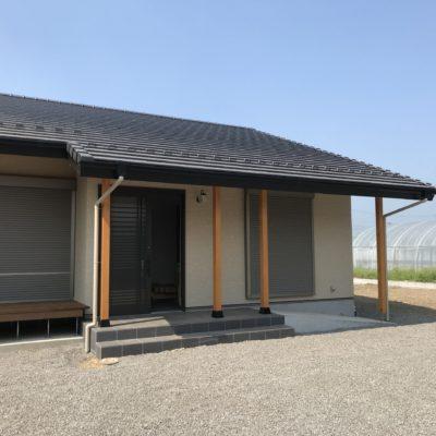 平家の家、シンプルな切妻に玄関はスロープのアプローチ